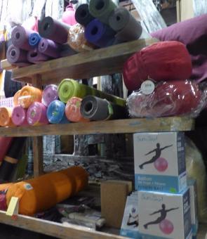 Yoga: Divers tapis, briques, chaussettes de yoga , élastiques....